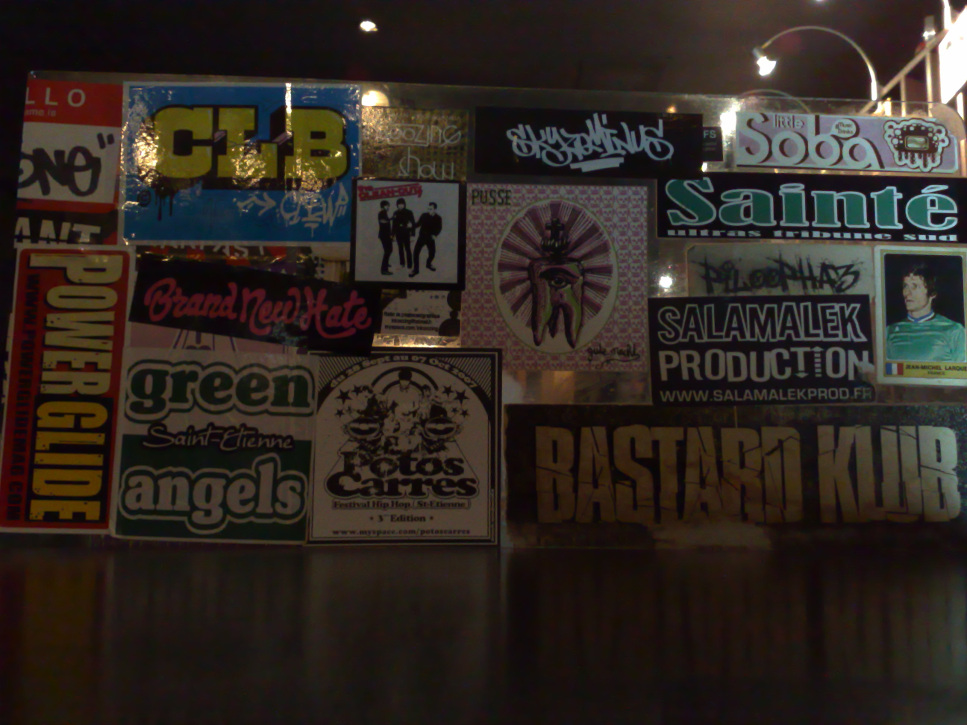 Ultras beyond the stadium: among the stickers covering the front of the counter in this Saint-Étienne bar, two Green Angels stickers are visible (photo © B. Ginhoux)
